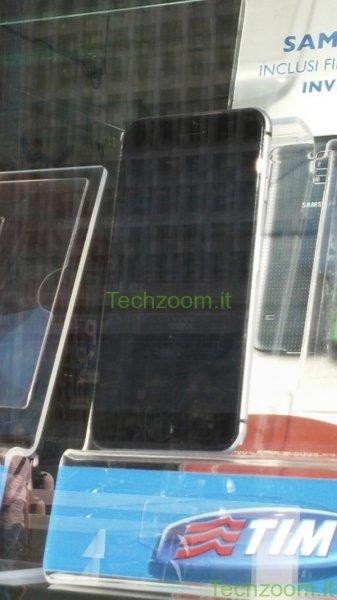 В витрине салона итальянского мобильного оператора выставлен iPhone 6