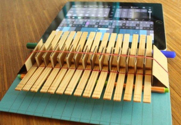 Как с помощью прищепок и резинок сделать из iPad пианино