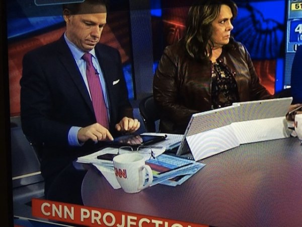 """""""Удачный"""" маркетинг: в CNN используют Surface Pro 3 в качестве подставки для iPad"""