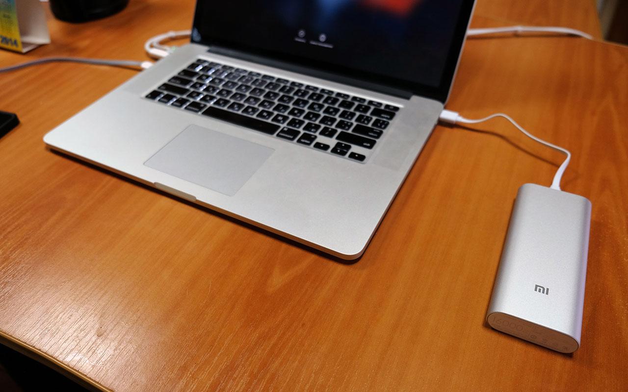 Xiaomi Power Bank подключенный к MacBook Pro
