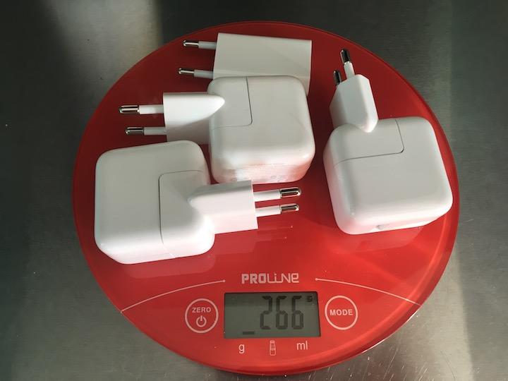 Вес четырёх зарядников Apple